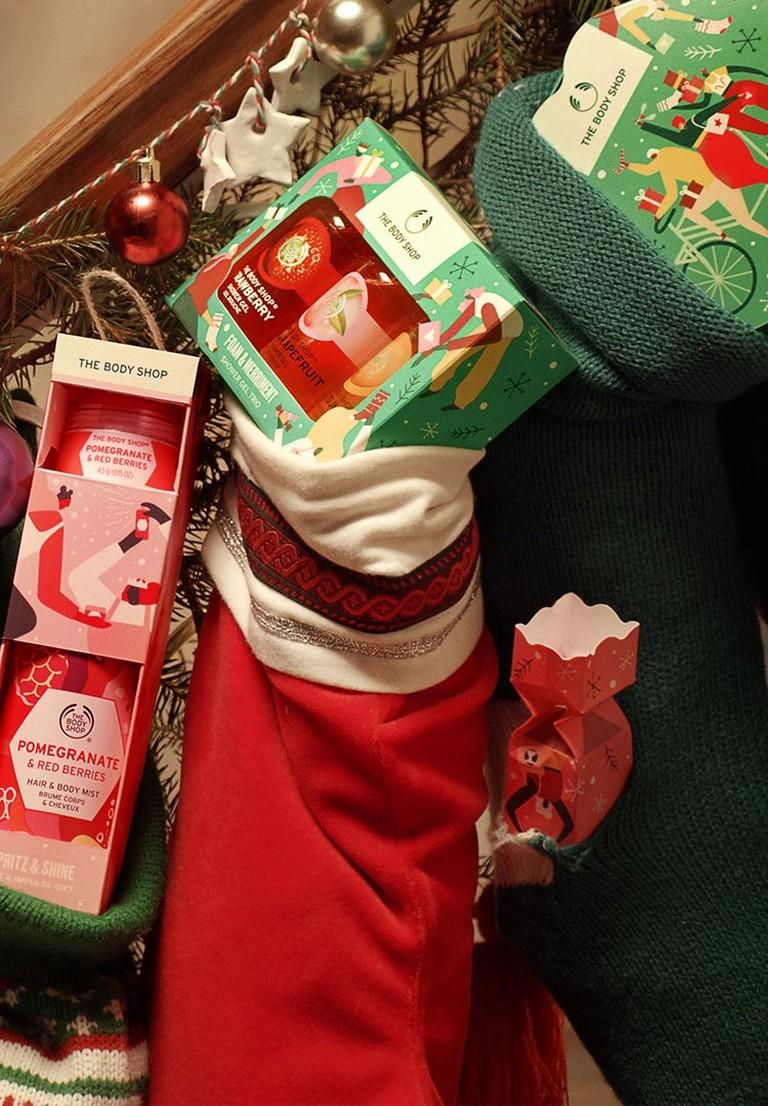 Socken, die mit Geschenken gefüllt sind