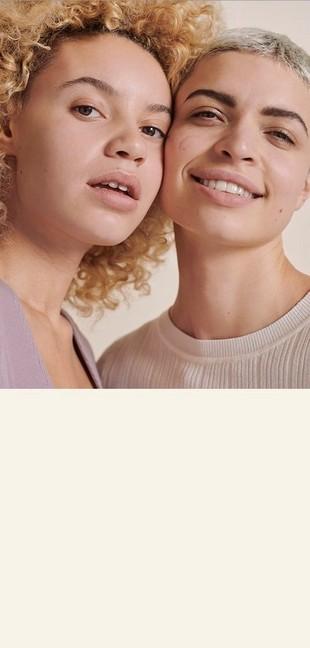 Dos mujeres con las caras juntas