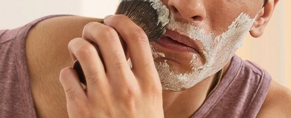 Mann beim Auftragen von Rasiercreme