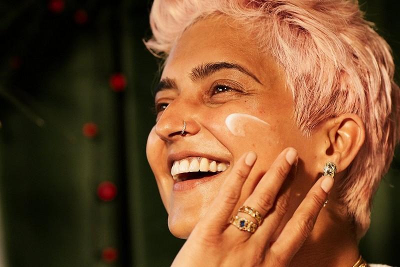 Frau beim Auftragen von Gesichtscreme