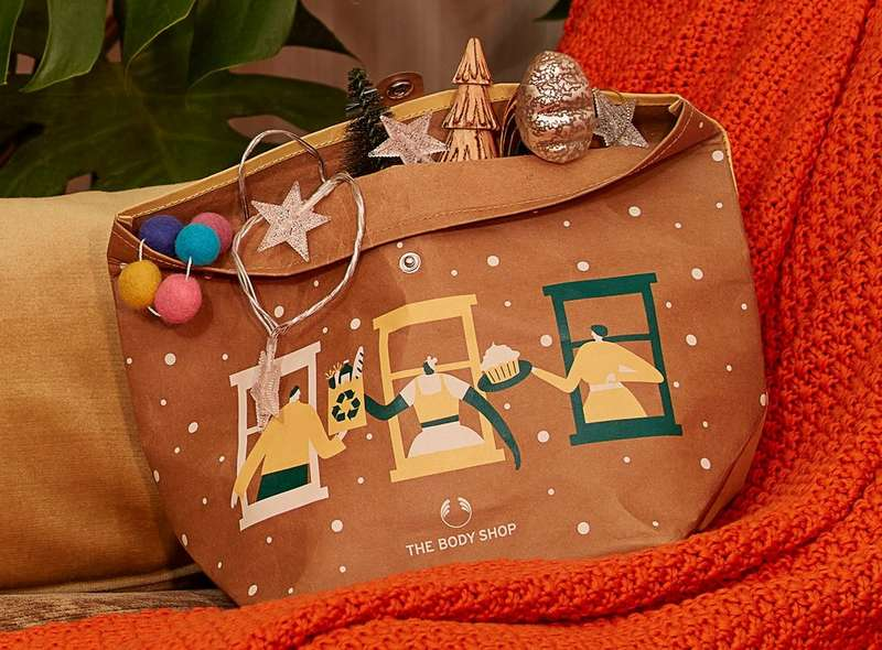 Geschenkbeutel, der mit Weihnachtsdekorationen gefüllt ist