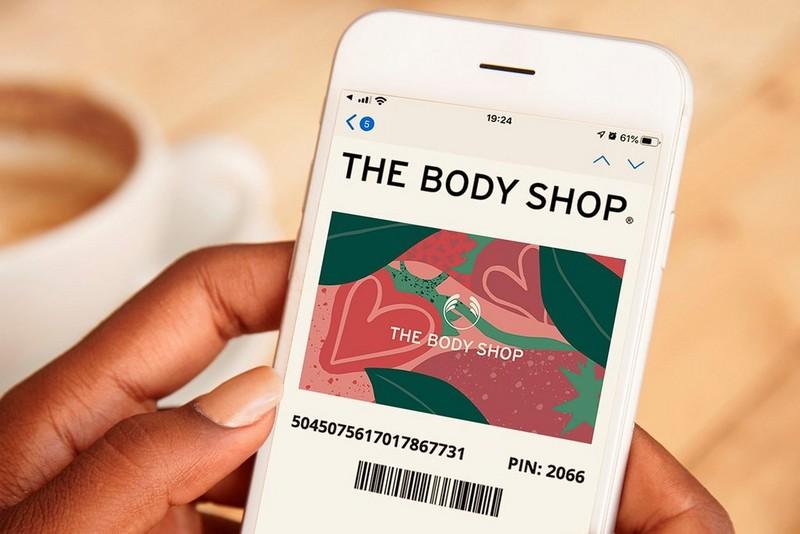 Handy, das digitale Geschenkkarte anzeigt