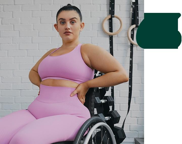 La activista Sophie Butler en ropa deportiva rosa