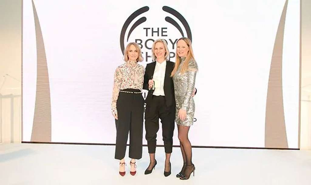 Tres mujeres frente al logo de The Body Shop