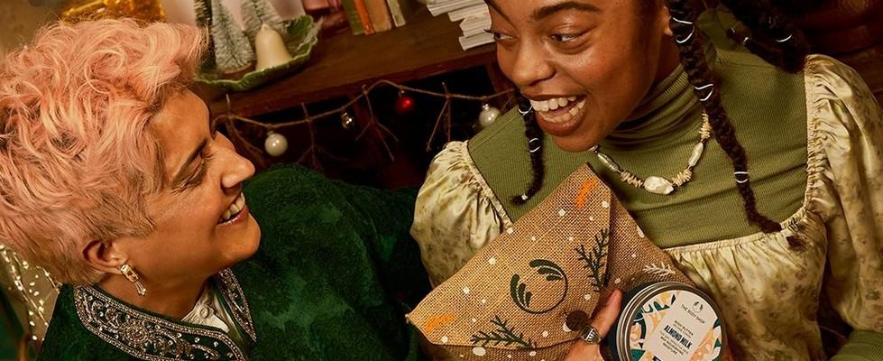 Personen beim Austauschen von Geschenken