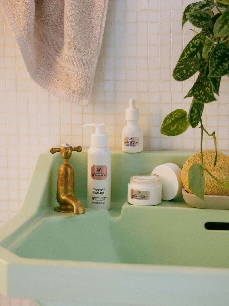 浴室中的 THE BODY SHOP 產品
