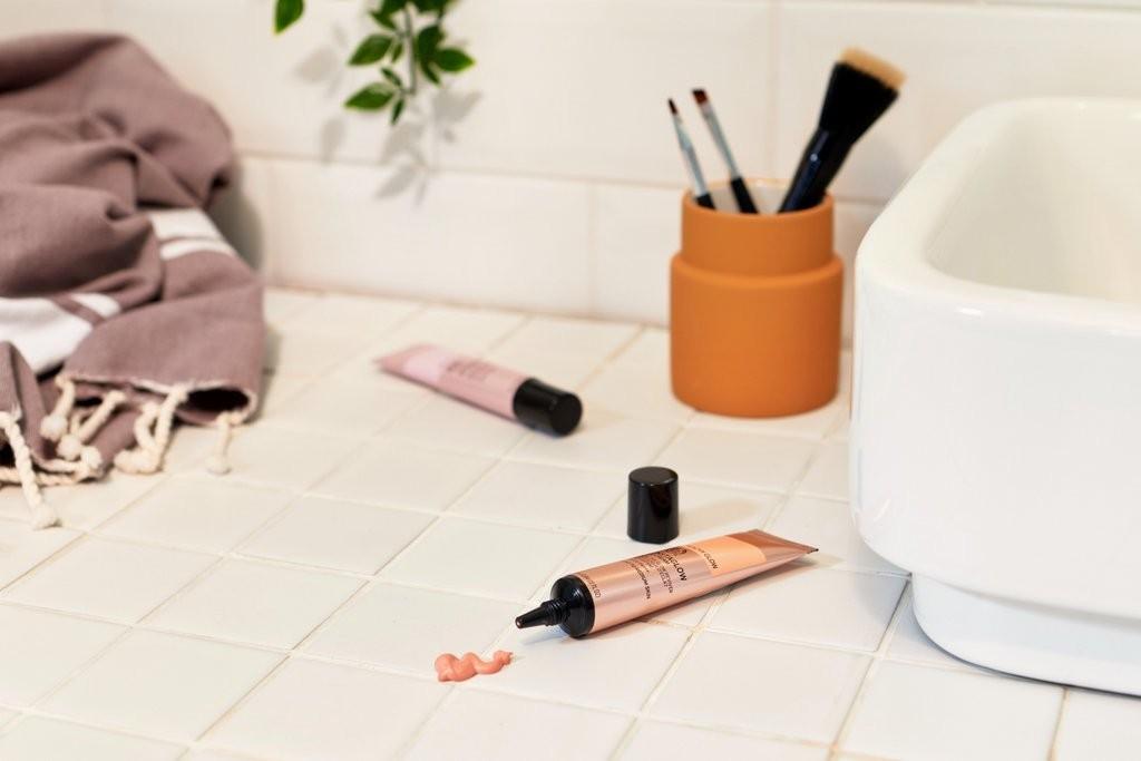 Make-up auf Tresen