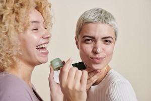 Vrouw die gezichtscrème op doet
