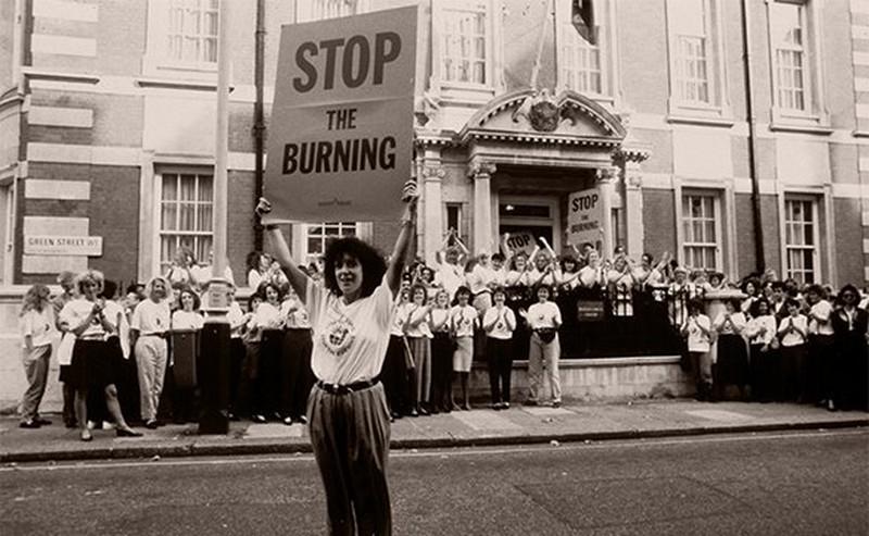 Un activiste debout dans la rue