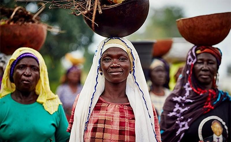 Kvinnor som bär skålar på sina huvuden