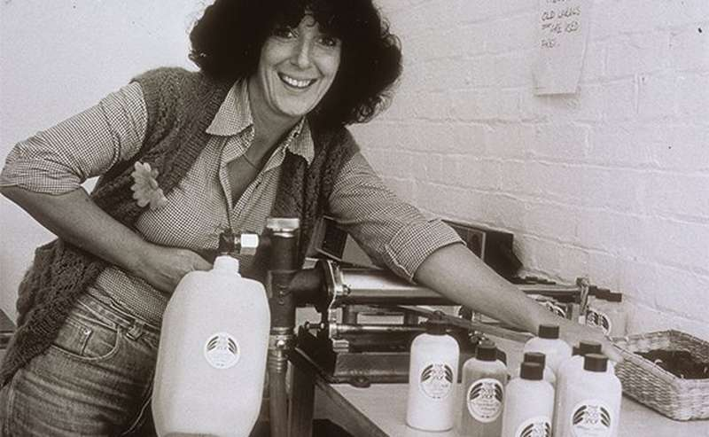 Anita Roddick en train de remplir des flacons