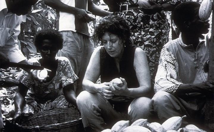 Anita Roddick con mujeres productoras de manteca de cacao