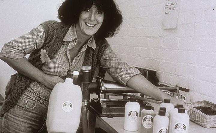 Anita Roddick die flessen vult