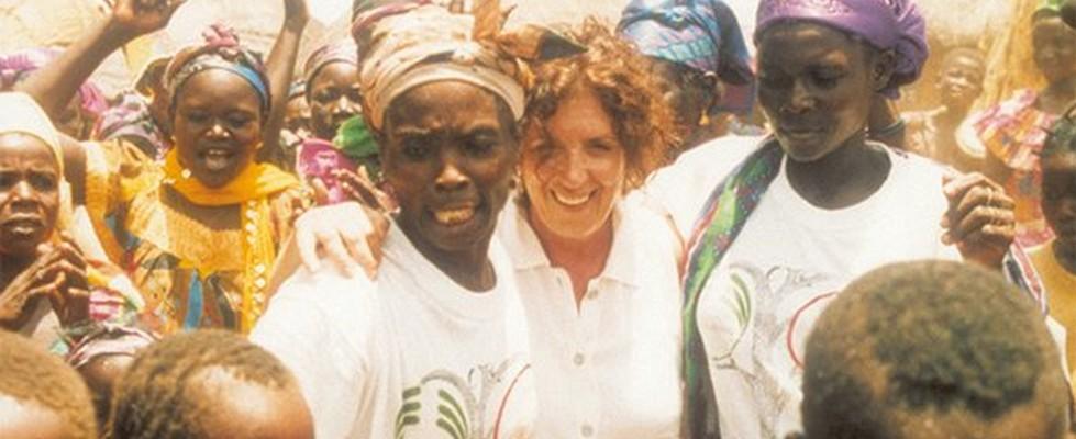 Anita Roddick i en stor grupp av kvinnor