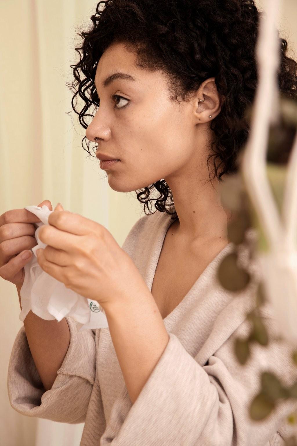 Mujer usando una toallita para maquillaje