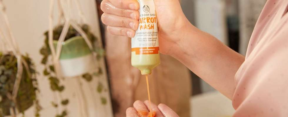 HAND SQUEEZING THE BODY SHOP CARROT FACE WASH