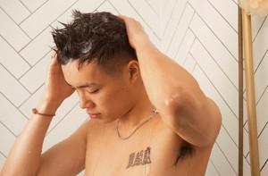 Persona lavándose el pelo
