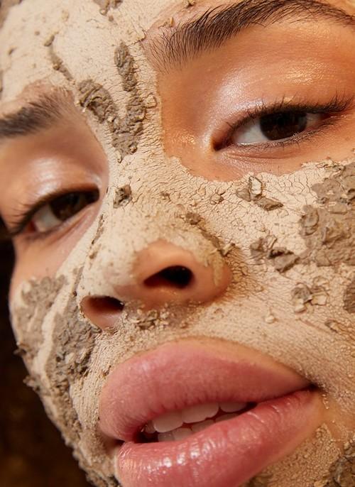 Frau mit Charcoal Gesichtsmaske