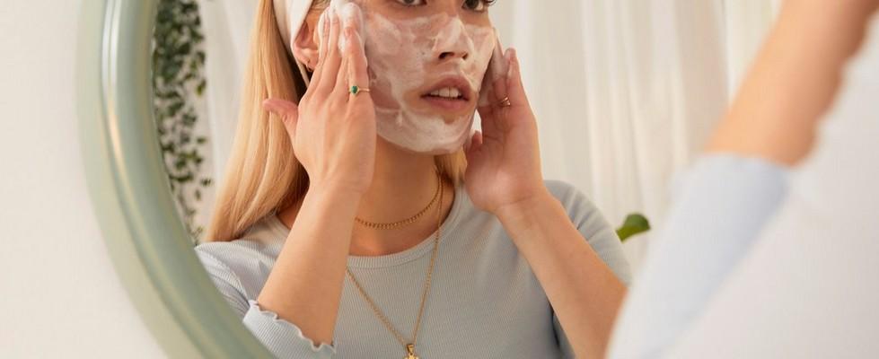 Kvinde påfører ansigtsvask