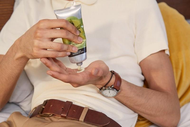 Hombre aplicando crema de manos de cáñamo
