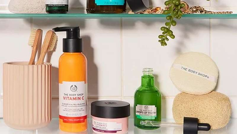 Estantedía de baño con productos de The Body Shop