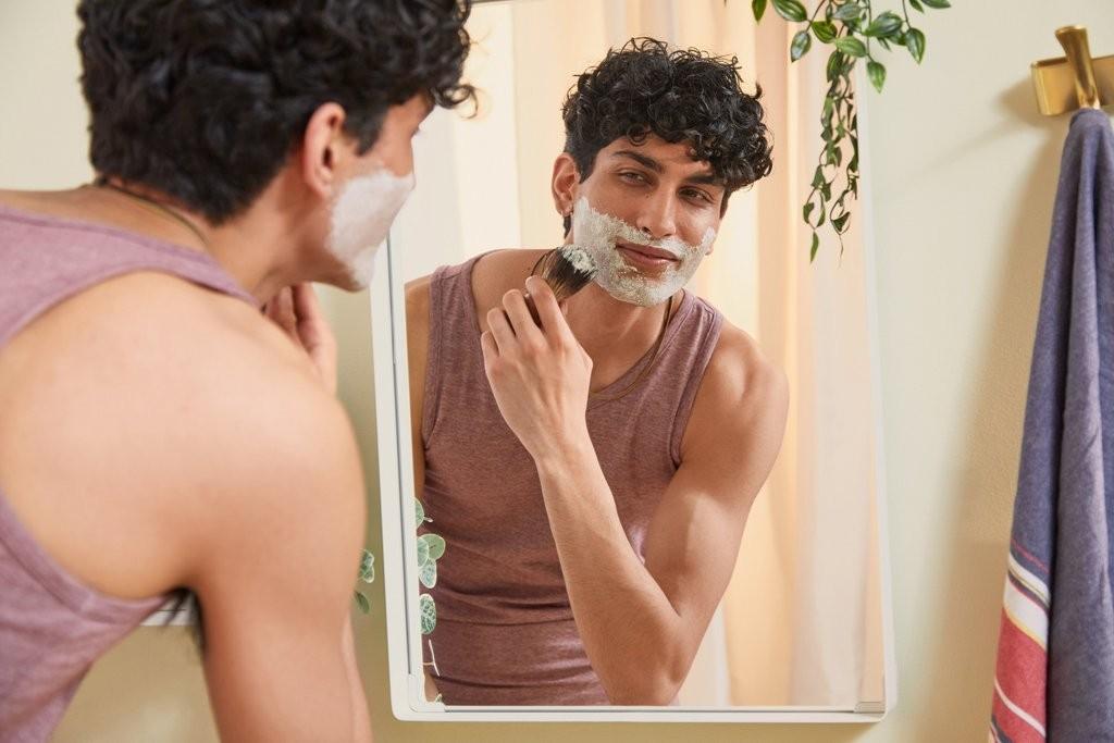 Un hombre se aplica crema de afeitar