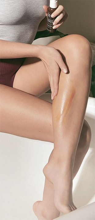 Modelo aplicando autobronceador en una pierna