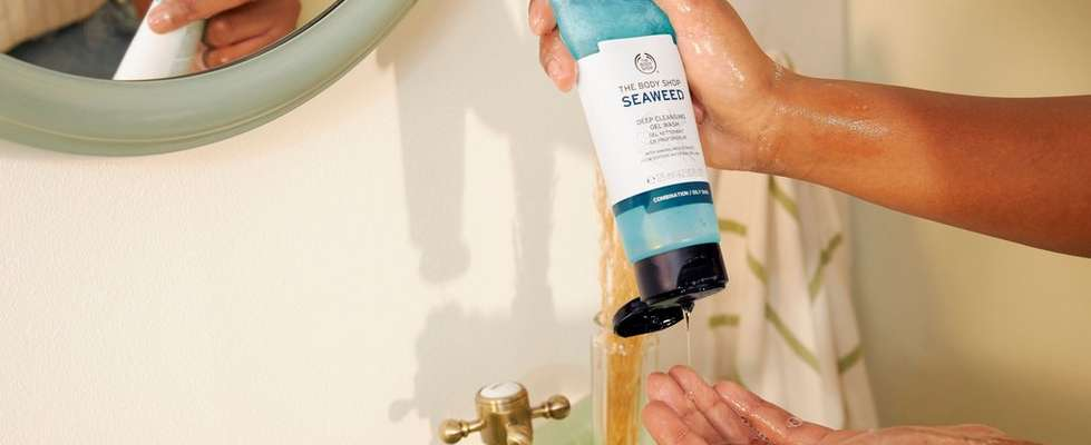 HAND POURING THE BODY SHOP SEAWEED DEEP CLEANSING GEL