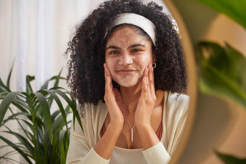 Frau, die eine Gesichtsreinigungsmaske anwendet