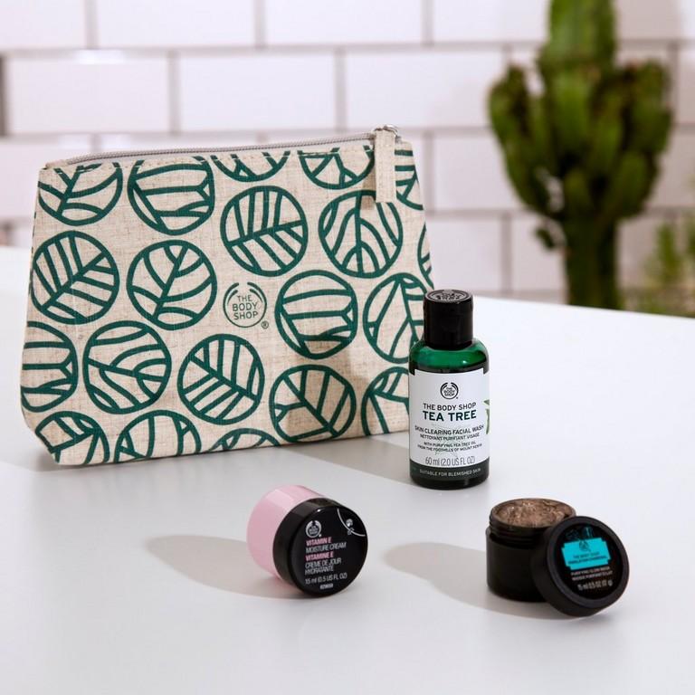 Neceser con productos de cuidado facial