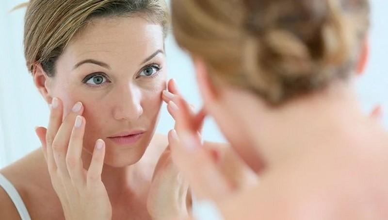 Mujer mirándose en su reflejo