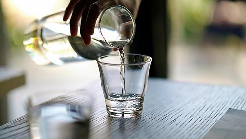 Glas, das mit Wasser aufgefüllt wird