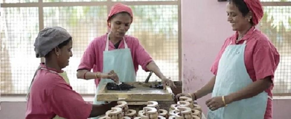 Mujeres en un taller elaborando masajeadores artesanales para The Body Shop