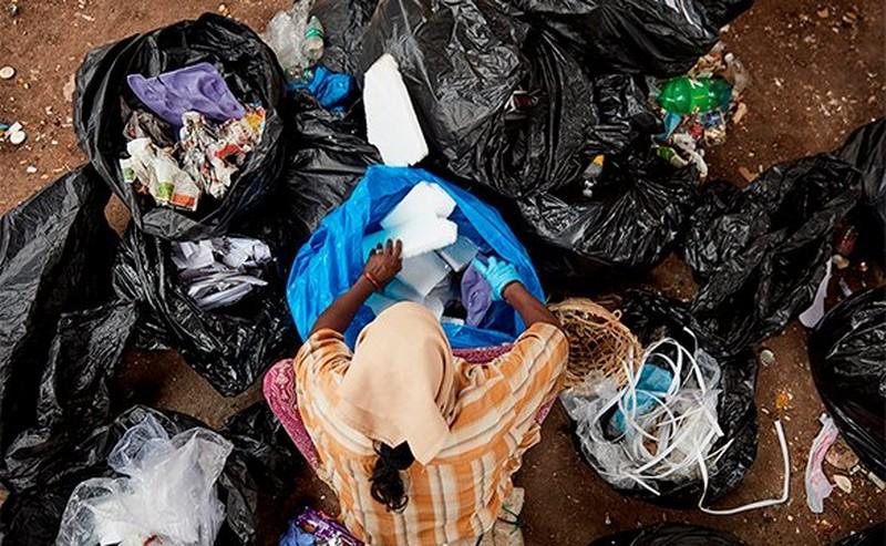 Femme avec pollution par le plastique