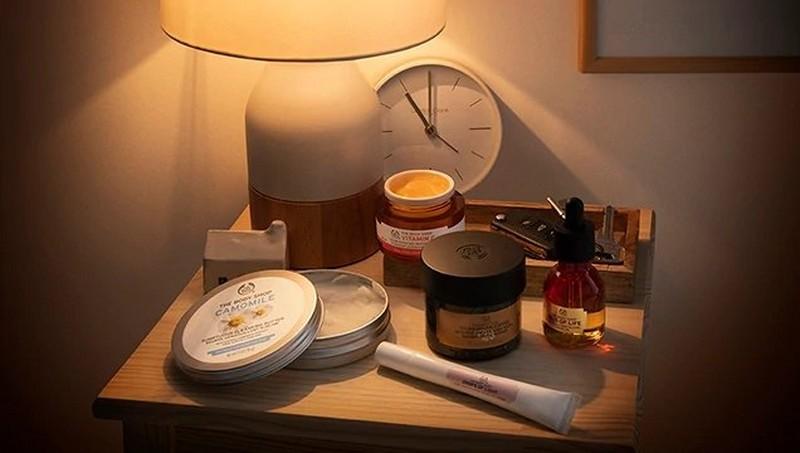 Produits The Body Shop sous une lampe de table