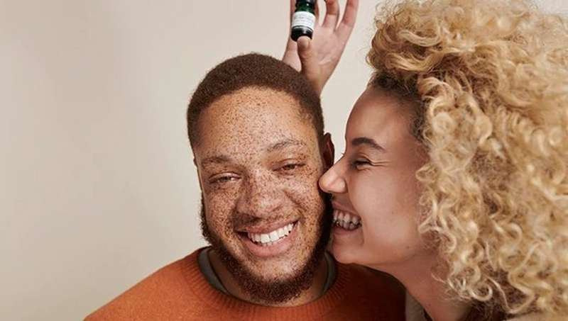 MAN AND WOMEN FACE LAUGHING HOLDING PRODUCT
